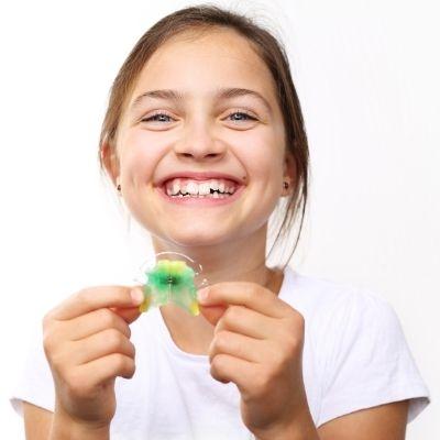 Immer mehr Kinder tragen in Deutschland eine Zahnspange.