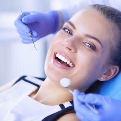 Patient geht zum Zahnarzt