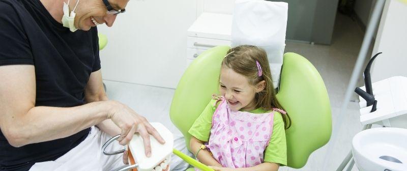 Bei Hypodontie ist die regelmäßige Kontrolle beim Zahnarzt sehr wichtig.